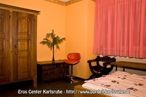 Neben einem soliden Bett gibt es auch genügend Platz für Dekoration und Einrichtung. So kannst Du als Eros Girl Deinen Besuchern auch Platz für längere Aufenthalte bieten, ohne dass ihr euch eingeengt vorkommt.