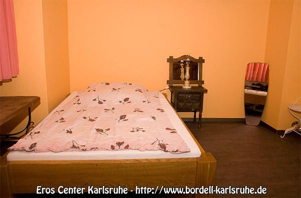 In jedem Zimmer steht ein großes, grundsolides und belastbares Bett aus Massivholz. Es ist auch für Spiele der härteren Gangart geeignet und bietet dennoch genug Komfort für Dich als Eros Girl, damit Du dich während Deiner Arbeitszeit wohl fühlen kannst.